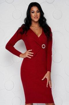 Piros kötött midi szűk szabású ruha rugalmas anyagból és bross kiegészítővel