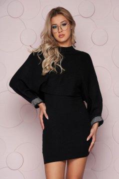 Fekete elegáns strassz köves díszítésű ruha kötött rugalmas anyagból és hosszú pillangó ujjakkal