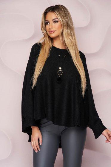 Fekete casual bő szabású pulóver kötött rugalmas anyagból nyaklánc kiegészítővel