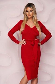Piros casual midi ruha oldalt felsliccelt, övvel ellátva kötött rugalmas anyagból