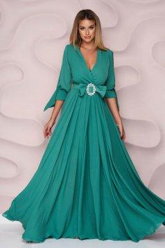 Hosszú zöld alkalmi muszlin ruha harang alakú gumirozott derékrésszel kivágott ujjrész