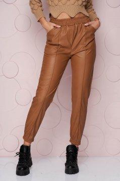 Hosszú barna bő szabású szintetikus bőr nadrág rugalmas anyagból