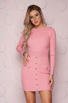 Kötött szűk szabású rövid pink ruha vékony rugalmas anyagból gomb kiegészítőkkel