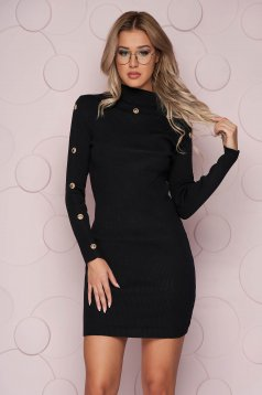 Rövid szűk szabású fekete ruha vékony kötött anyagból gomb kiegészítőkkel
