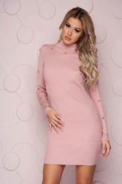 Rövid szűk szabású púder rózsaszínű ruha vékony kötött anyagból gomb kiegészítőkkel