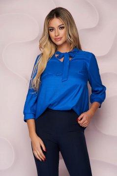 Bő szabású irodai aszimetrikus kék StarShinerS női blúz vékony merevitett szaténból megköthető masnival