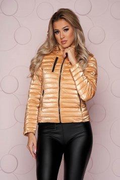Rövid karcsusított szabású aranyszínű dzseki steppelt fényes anyagból eltávolítható kapucnival