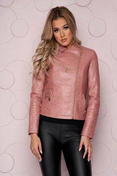 Cipzáros zsebekkel ellátott szűkített műbőr rövid világos rózsaszínű dzseki vastag anyagból cipzáros ujjak