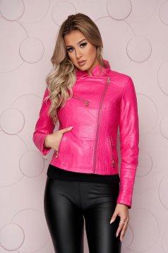 Cipzáros zsebekkel ellátott szűkített műbőr rövid pink dzseki vastag anyagból cipzáros ujjak