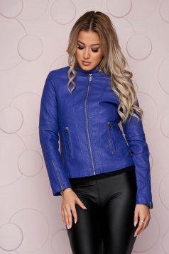 Cipzáros zsebekkel ellátott szűkített rövid kék műbőr dzseki vastag anyagból
