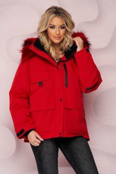 Piros rövid bő szabású vízlepergető dzseki, szőrme gallérral és derékban zsinórral