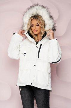 Fehér rövid bő szabású vízlepergető dzseki, szőrme gallérral és derékban zsinórral