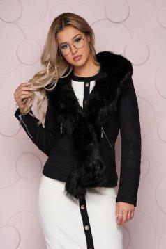 Fekete szűkített rövid dzseki, szintetikus fordított bőr felsőrésszel és műszőrmével