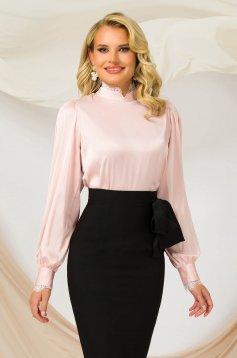 Világos rózsaszínű egyenes szabású, bő ujjú irodai női blúz szatén rugalmas anyagból csipke díszítéssel